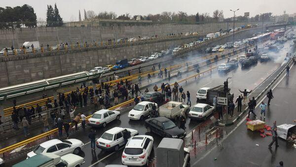 İran'da benzin zammı nedeniyle devam eden protestolardabaşkent Tahran'ın giriş-çıkış yolları göstericiler tarafından trafiğe kapatıldı. - Sputnik Türkiye