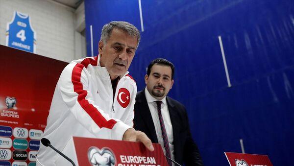 2020 Avrupa Futbol Şampiyonası Elemeleri H Grubu'nda Andorra ile Türkiye arasında oynanacak karşılaşma öncesinde, milli takım teknik direktörü Şenol Güneş (solda) ve takım futbolcusu Enes Ünal maçın oynanacağı başkent Andorra la Vella'daki Ulusal Stadyum'da basın toplantısı düzenledi. - Sputnik Türkiye