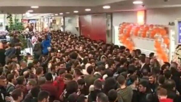 Ankamall AVM'de, bir mağazada, açılışa özel, ilk 500 kişiye akıllı saat, kulaklık, hopörler verileceği duyurulunca yaşanan izdiham yüzünden az kalsın facia yaşanıyordu. - Sputnik Türkiye