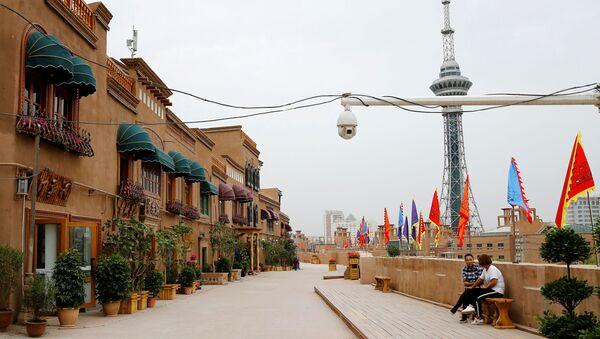 Çin, Sincan Uygur Özerk Bölgesi, Kaşgar, eski kent, sokağın ortasına asılı dev güvenlik kamerası manzarasıyla - Sputnik Türkiye