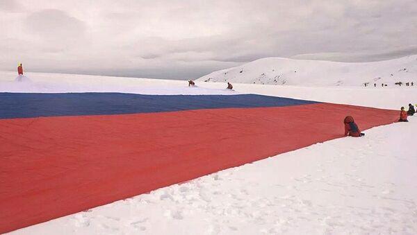 Rus motosikletçi grubu Gece Kurtları Antartika'da dev Rusya bayrağı açtı - Sputnik Türkiye