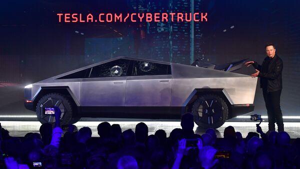 Tesla'nın ilk elektrikli pikap kamyonu 'Cybertruck'ın tanıtımına zırhlı camların kırılması damga vurdu. - Sputnik Türkiye