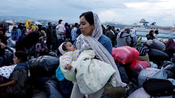 Yunanistan'ın Midilli Adası'ndan feribotla Pire limanına getirilen sığınmacılar - Sputnik Türkiye