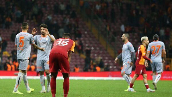 Galatasaray, Süper Lig'in 12. haftası açılış maçında ile Medipol Başakşehir ile Türk Telekom Stadı'nda karşılaştı. Galatasaraylı futbolcular aldıkları mağlubiyet sonrası üzüntü yaşadı. - Sputnik Türkiye