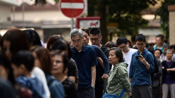 Hong Kong'ta halk protestoların gölgesinde yerel seçim için sandık başında - Sputnik Türkiye