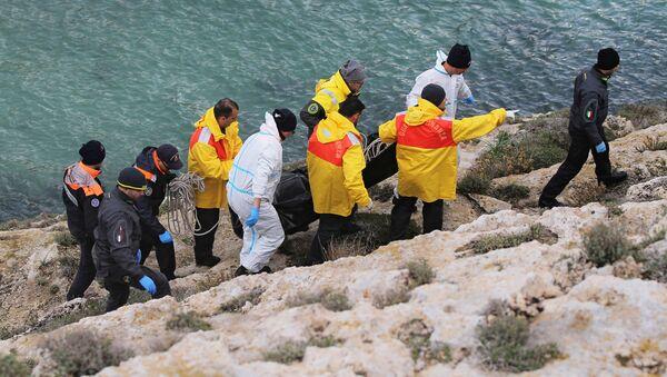 İtalya'nın Lampedusa Adası açıklarında dün alabora olan teknede bulunduğu belirtilen beş kadın sığınmacının cansız bedenine ulaşıldı. - Sputnik Türkiye