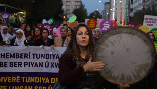 Artan kadın cinayetleri ve şiddete karşı yürüyen kadınlar: Sessizlik yaşamı öldürüyor - Sputnik Türkiye
