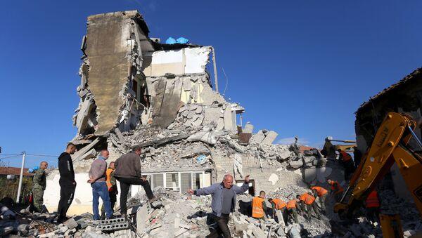 Arnavutluk'taki 6.4'lük depremin ardından çok sayıda binada hasar meydana geldi, bazı binalar tamamen yıkıldı. - Sputnik Türkiye