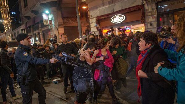 Kadınlar, 25 Kasım Kadına Yönelik Şiddetle Mücadele Günü kapsamında Taksim'de bulunan Tünel Meydanı'nda bir araya geldi. Polis basın açıklamasının ardından dağılan kadınlara biber gazıyla müdahale etti. - Sputnik Türkiye