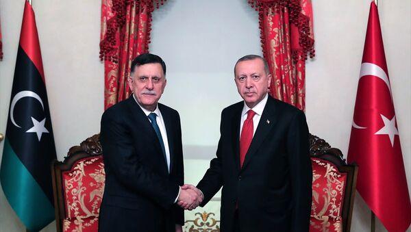 Türkiye Cumhurbaşkanı Recep Tayyip Erdoğan, Dolmabahçe Ofisi'nde Libya Ulusal Mutabakat Hükümeti Başkanlık Konseyi Başkanı Fayez Al Sarraj ile görüştü. - Sputnik Türkiye
