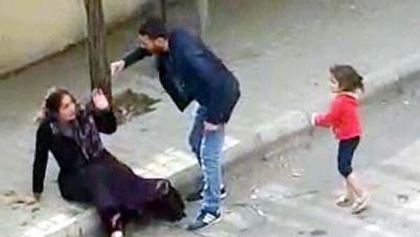 Gaziantep - Gaziantep'te çocuğunun önünde sokak ortasında kadına şiddet - Sputnik Türkiye