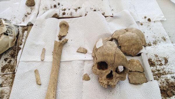 Şapinuva Antik Kenti'nde 3500 yıllık insan kafatası ve uyluk kemiği bulundu - Sputnik Türkiye