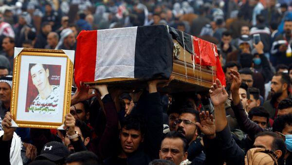 Irak'ın Şii kenti Necef'te gece öldürülen protestoculardan birinin cenazesi 29 Kasım 2019'da kaldırılırken  - Sputnik Türkiye