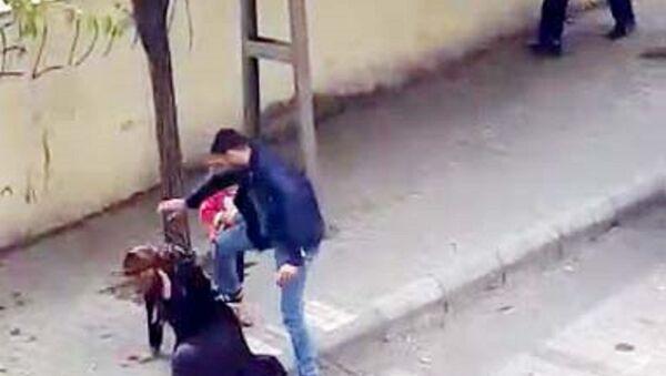Gaziantep'te, sokak ortasında eşine şiddet uygulayan ve gözaltına alınmasının ardından serbest bırakılan Emrah Ç.  - Sputnik Türkiye