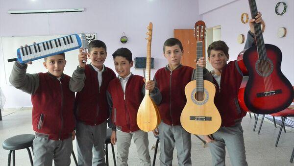 Hakkari'nin Yüksekova ilçesinde tahta, plastik kova ve odunlardan yaptıkları müzik aletleriyle yeteneklerini sergilemeye çalışan 6 öğrenci hayallerindeki gerçek enstrümanlara ulaştı - Sputnik Türkiye