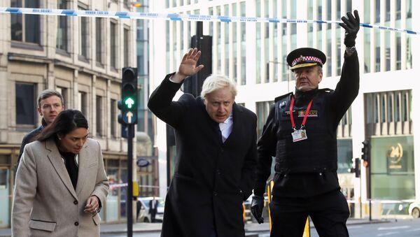 Başbakan Boris Johnson, İçişleri Bakanı Priti Patel ve Londra Emniyeti'nden Ian Dyson, Londra Köprüsü bıçaklı saldırısının düzenlendiği olay mahallini ziyaret derken - Sputnik Türkiye