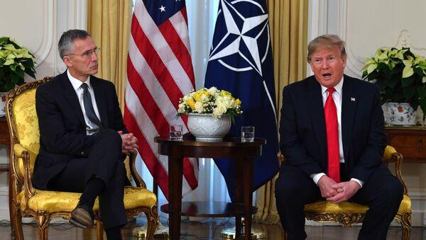NATO Genel Sekreteri Jens Stoltenberg ve ABD Başkanı DonaldTrump, ittifakın 70. yılında İngiltere'de yapılan zirvede bir araya geldi. - Sputnik Türkiye