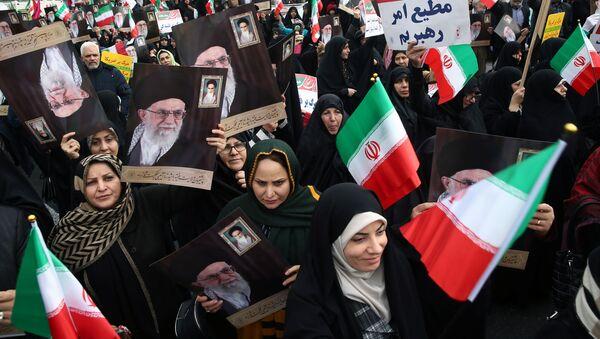 Tahran'da benzin zammı protestolarının bastırılmasının ardından İran yönetimine destek gösterileri sahne aldı.  - Sputnik Türkiye