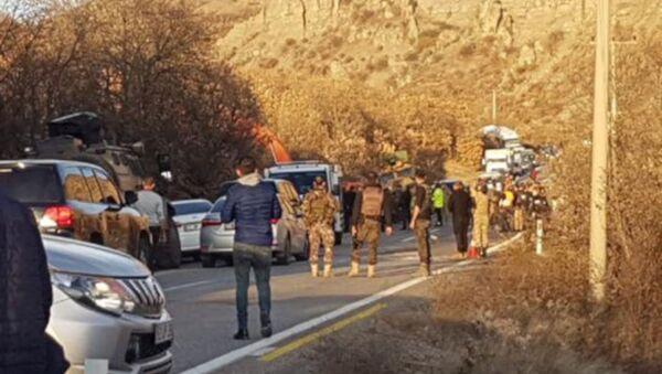 Tunceli'nin Pülümür ilçesinde operasyondan dönen askerleri taşıyan zırhlı araç devrildi. Kazada araçta bulunan bazı askerler yaralanırken, bölgeye çok sayıda ambulans sevk edildi. - Sputnik Türkiye