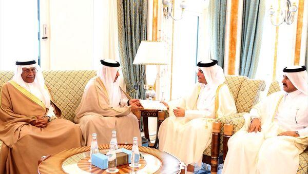 Suudi Arabistan Kralı Selman bin Abdulaziz, Katar Emiri Şeyh Temim bin Hamed Al Sani'yi Riyad'da düzenlenecek Körfez İşbirliği Konseyi (KİK) liderler zirvesine davet etti. Kral Selman'ın davet mektubu KİK Genel Sekreteri Abdullatif bin Reşid el-Zeyani (sol 2) tarafından Doha'da Katar Dışişleri Bakanı Muhammed bin Abdurrahman bin Al Sani'ye (sağ 2) iletildi. - Sputnik Türkiye