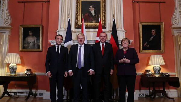 Türkiye Cumhurbaşkanı Recep Tayyip Erdoğan, Suriye konulu Dörtlü Zirve'de Fransa Cumhurbaşkanı Emmanuel Macron, Almanya Başbakanı Angela Merkel ve İngiltere Başbakanı Boris Johnson ile bir araya geldi. - Sputnik Türkiye