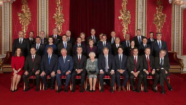 İngiltere Kraliçesi 2. Elizabeth tarafından verilen resepsiyona katılan liderler aile fotoğrafı çektirdi - Sputnik Türkiye