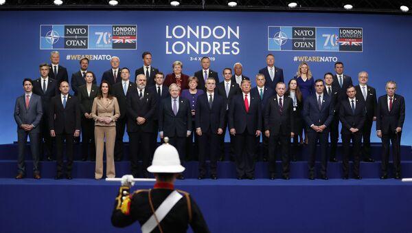 NATO üyesi ülkelerin liderleri, zirve öncesinde aile fotoğrafı için bir araya geldi. - Sputnik Türkiye