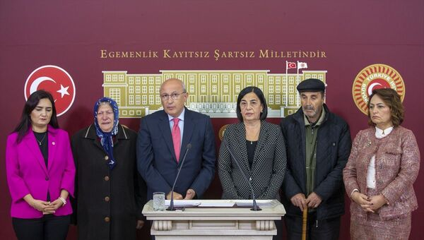 Utku Çakırözer, TBMM, Ayşe Tuba Arslan'ın babası Serdar Arslan, annesi Meral Sondikme - Sputnik Türkiye