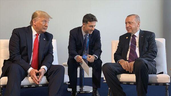 Cumhurbaşkanı Recep Tayyip Erdoğan NATO liderler Zirvesi kapsamında ABD Başkanı Donald Trump'la bir araya geldi.  - Sputnik Türkiye