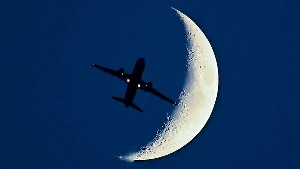 Самолет Airbus A320 на фоне растущей Луны - Sputnik Türkiye