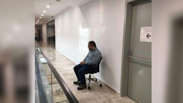 Güngören Belediyesi'nde AK Partili bir başkan yardımcısı, kendisini görüp ayağa kalkmadı diye belediye çalışanını cezalandırdı. - Sputnik Türkiye
