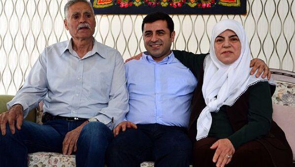 Selahattin Demirtaş'ın annesi Sadiye Demirtaş, babası Tahir Demirtaş - Sputnik Türkiye