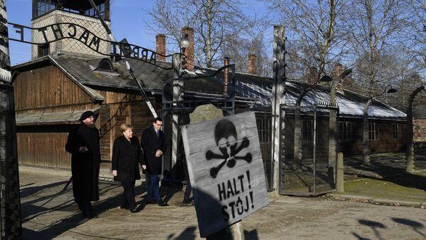 Almanya Başbakanı Angela Merkel Polonya'daki Auschwitz-Birkenau Nazi toplama ve imha kampını ilk kez ziyaret ederek kampta ölen bir milyon 100 bin kişi için saygı duruşunda bulundu.  - Sputnik Türkiye