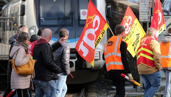 Fransa'da Cumhurbaşkanı Emmanuel Macron yönetiminin 'emeklilik reformuna' yönelik protestolar ikinci gününde de devam etti. - Sputnik Türkiye