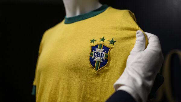 Ünlü futbol efsanesi Pele'nin ülkesi Brezilya için çıktığı son maçında giydiği forması 30 bin euroya (yaklaşık 192 bin TL) satıldı. - Sputnik Türkiye