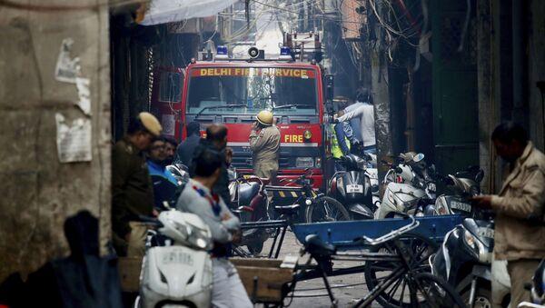 Hindistan'ın başkenti Yeni Delhi'de bir fabrikada, işçilerin içeride uyduğu sırada çıkan yangında 43 kişi yaşamını yitirdi. - Sputnik Türkiye
