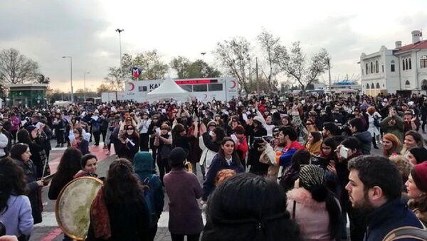 Kadınlar, Şilili feministlerin danslı protestosunu İstanbul'da gerçekleştirdi, polis gruba müdahale etti - Sputnik Türkiye