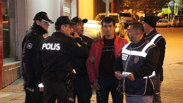 Denizli'de 5 farklı noktada polis ekiplerince yapılan denetimde, 2'si kadın 65 yabancı uyruklu gözaltına alındı. - Sputnik Türkiye