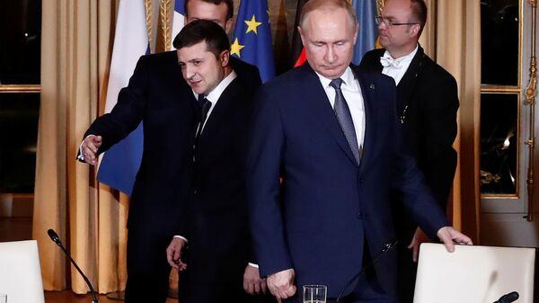 Paris'teki Normandiya Dörtlüsü zirvesinde Ukrayna Devlet Başkanı Vladimir Zelenskiy ile Rusya Devlet Başkanı Vladimir Putin (sağda)  - Sputnik Türkiye