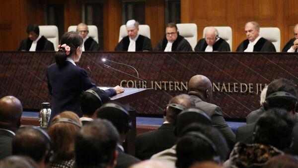 Lahey'deki Uluslararası Adalet Divan'ında Myanmar'a karşı açılan soykırım davasının ikinci gününde Aung San Suu Kyi savunma yaparken - Sputnik Türkiye