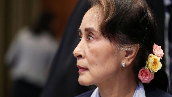 Arakan'daki şiddet dalgasından beri kendisine layık görülen pek çok ödül geri alınan Aung San Suu Kyi, ICJ'de savunma yaparken, dışarıda büyük bir kalabalığın destek gösterisine mazhar oldu.  - Sputnik Türkiye