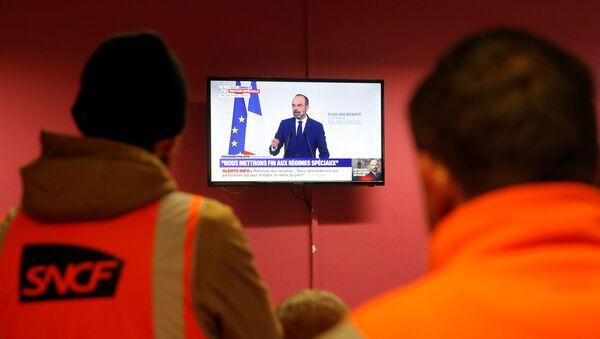 Fransa'da grevdeki demiryolları işçileri, Başbakan Edouard Philippe'in emeklilik reformu açıklamasını izlerken - Sputnik Türkiye