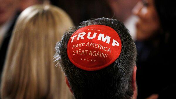 Yahudi dini bayramı Hanukah için Beyaz Saray'da düzenlenen kutlamada bir katılımcı, 'Trump' yazılı kipasıyla - Sputnik Türkiye