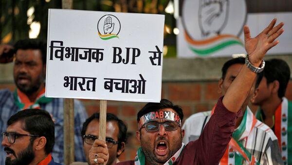 Hindistan Ulusal Kongresi Partisi'nin destekçileri, vatandaşlık yasasında değişikliğini protesto ediyor. - Sputnik Türkiye