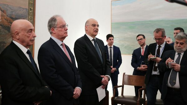 Tobruk'taki Meclis'in BaşkanıAgilaSalih İsa, Yunan Meclisi Başkanı Konstantinos Tasulas ve Yunan Dışişleri Bakanı Nikos Dendias (soldan sağa) Atina'da parlamentoda yaptıkları görüşmenin ardından ortak açıklamalarda bulunurken - Sputnik Türkiye