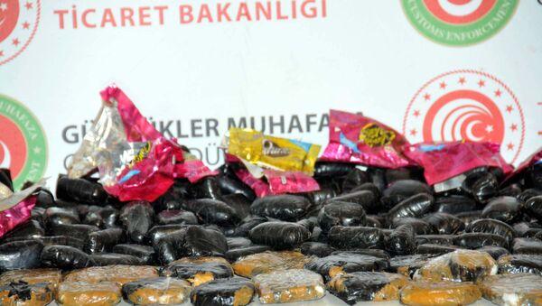 İstanbul Havalimanı'nda çikolataların içine gizlenmiş 15 kilo kokain ele geçirildi - Sputnik Türkiye