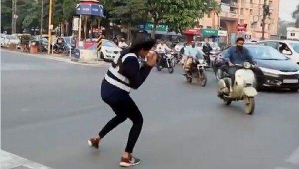 Hindistan'da trafikte dans eden genç kız - Sputnik Türkiye