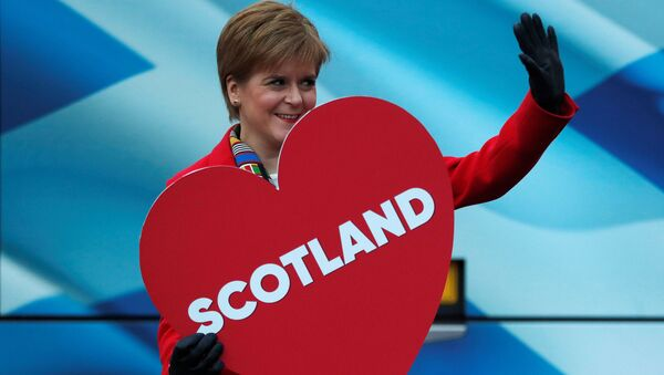İskoçya Başbakanı, SNP lideri Nicola Sturgeon, Edinburgh'daki bir kampanya etkinliğinde elinde 'İskoçya' yazılı kalp maketiyle  - Sputnik Türkiye