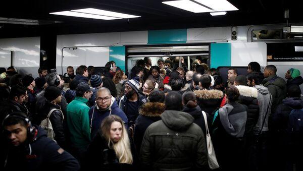 Paris'te grev nedeniyle metro hatlarının büyük bölümü durdu, izdiham oluştu - Sputnik Türkiye