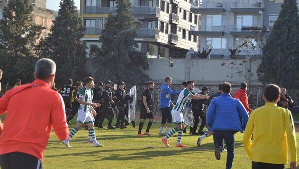 Spor Toto Bölgesel Amatör Lig 8. Grup'ta Salihli Belediyespor ile Aliağa Futbol'u karşı karşıya getiren maç, ev sahibi 2-0 öndeyken yaşanan olaylar sonrası çıkan 9 kırmızı kart nedeniyle yarıda kaldı. - Sputnik Türkiye